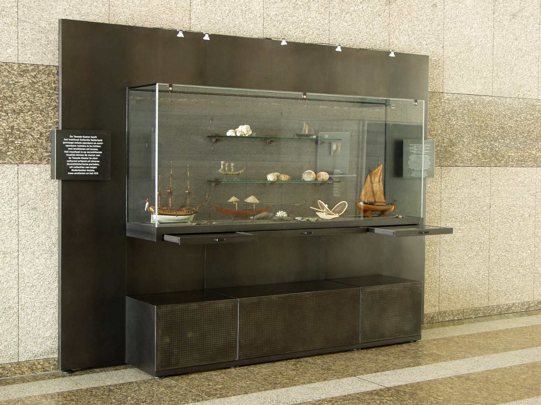 2001-vitrine-display-tweede-kamer-den-haag-03